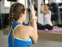 Esercizi di maternità di yoga Immagini Stock Libere da Diritti