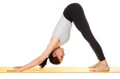 Esercizi di pratica di yoga della giovane donna Fotografia Stock