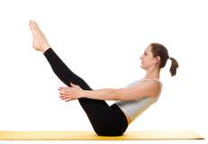 Esercizi di pratica di yoga della giovane donna Immagine Stock Libera da Diritti