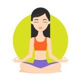 Esercizi di pratica di yoga della ragazza Immagini Stock