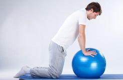 Esercizi di riabilitazione sulla palla di forma fisica fotografie stock libere da diritti