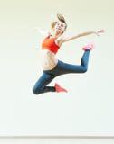 Esercizi di salto di forma fisica di aerobica Fotografia Stock
