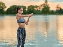 Esercizi di sport di sera della ragazza di misura di estate Fotografia Stock