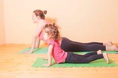 Esercizi di yoga di benessere Immagine Stock Libera da Diritti