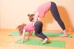 Esercizi di yoga di benessere Fotografie Stock Libere da Diritti