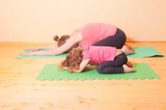 Esercizi di yoga di benessere Fotografia Stock