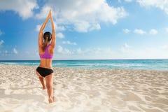 Esercizi di yoga sulla spiaggia Immagini Stock