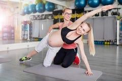 Esercizi per la donna incinta Fotografie Stock