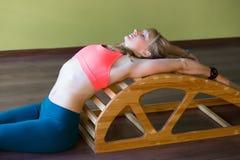 Esercizi per la parte posteriore sul backbender di yoga Fotografia Stock Libera da Diritti