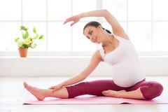 Esercizi prenatali. Fotografia Stock Libera da Diritti