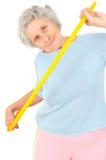 Esercizi relativi alla ginnastica della donna senior con il cerchio Fotografia Stock