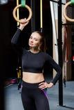 Esercizi sugli anelli allenamento in palestra scura Fotografie Stock