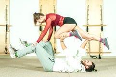 Esercizio acrobatico estremo di giovane bello di forma fisica allenamento delle coppie come preparazione per la concorrenza e div Immagini Stock Libere da Diritti