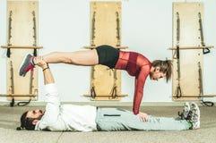 Esercizio acrobatico estremo di giovane bello di forma fisica allenamento delle coppie come preparazione per la concorrenza, fuoc Immagine Stock