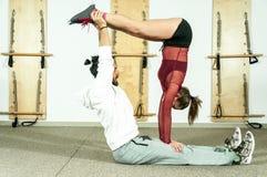 Esercizio acrobatico estremo di giovane bello di forma fisica allenamento delle coppie come preparazione per la concorrenza, fuoc Immagini Stock Libere da Diritti