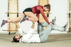 Esercizio acrobatico estremo di giovane bello di forma fisica allenamento delle coppie come preparazione per la concorrenza, fuoc Fotografie Stock