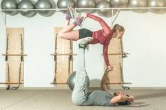 Esercizio acrobatico estremo di giovane bello di forma fisica allenamento delle coppie come preparazione per la concorrenza, fuoc Immagini Stock