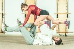 Esercizio acrobatico estremo di giovane bello di forma fisica allenamento delle coppie come preparazione per la concorrenza, fuoc Fotografia Stock Libera da Diritti