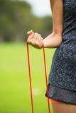Esercizio all'aperto della banda di forma fisica di allungamento della donna Immagini Stock