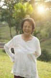 Esercizio asiatico della donna degli anziani ad all'aperto Fotografie Stock Libere da Diritti