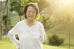 Esercizio asiatico di mattina della donna degli anziani ad all'aperto Fotografia Stock