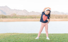 Esercizio asiatico sveglio della ragazza su erba verde Fotografia Stock Libera da Diritti