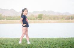 Esercizio asiatico sveglio della ragazza su erba verde Fotografie Stock