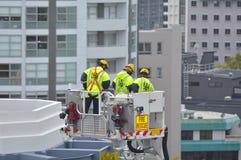 Esercizio dei pompieri su una scala dell'autopompa antincendio Immagini Stock