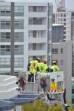 Esercizio dei pompieri su una scala dell'autopompa antincendio Fotografia Stock