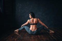 Esercizio del ballerino di Contemp nella classe di ballo, vista posteriore fotografia stock