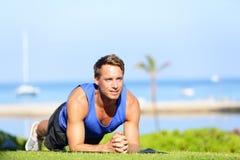 Esercizio del centro della plancia - addestramento dell'uomo di forma fisica Fotografia Stock Libera da Diritti