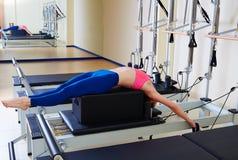 Esercizio del colpo posteriore della donna del riformatore di Pilates Fotografia Stock