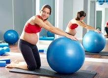 Esercizio del fitball dei pilates della donna incinta Fotografia Stock Libera da Diritti