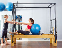 Esercizio del fitball del riformatore dei pilates della donna incinta Fotografie Stock Libere da Diritti