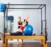 Esercizio del fitball del riformatore dei pilates della donna incinta Fotografia Stock Libera da Diritti