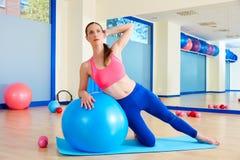 Esercizio del fitball della curvatura del lato della donna di Pilates Immagini Stock Libere da Diritti