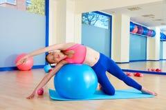 Esercizio del fitball della curvatura del lato della donna di Pilates Fotografia Stock