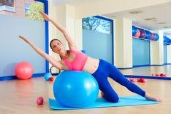 Esercizio del fitball della curvatura del lato della donna di Pilates Fotografia Stock Libera da Diritti
