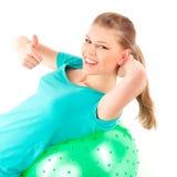 Esercizio del fitball della donna Fotografie Stock Libere da Diritti