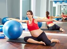 Esercizio del fitball della sirena dei pilates della donna incinta Immagini Stock