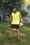 Esercizio del giovane con delle teste di legno l'allenamento all'aperto Fotografie Stock Libere da Diritti