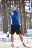 Esercizio del pareggiatore in natura all'inverno Fotografia Stock Libera da Diritti