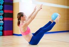 Esercizio del rompicapo della palla di stabilità della donna di Pilates Immagini Stock