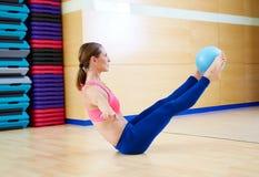 Esercizio del rompicapo della palla di stabilità della donna di Pilates Fotografia Stock Libera da Diritti