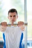 Esercizio dell'uomo con i pesi Fotografia Stock Libera da Diritti