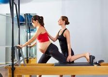 Esercizio della Cadillac del riformatore dei pilates della donna incinta Immagini Stock Libere da Diritti