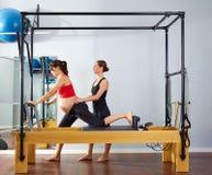 Esercizio della Cadillac del riformatore dei pilates della donna incinta Fotografia Stock