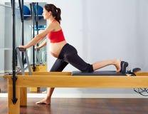 Esercizio della Cadillac del riformatore dei pilates della donna incinta Immagine Stock