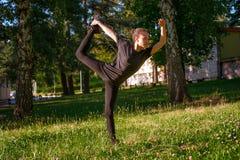 Esercizio della donna all'aperto nel parco Immagini Stock Libere da Diritti