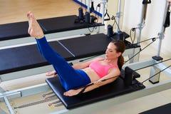 Esercizio della donna cento del riformatore di Pilates Fotografie Stock